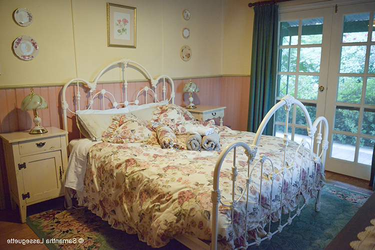 witches-garden-guest-house-bedroom